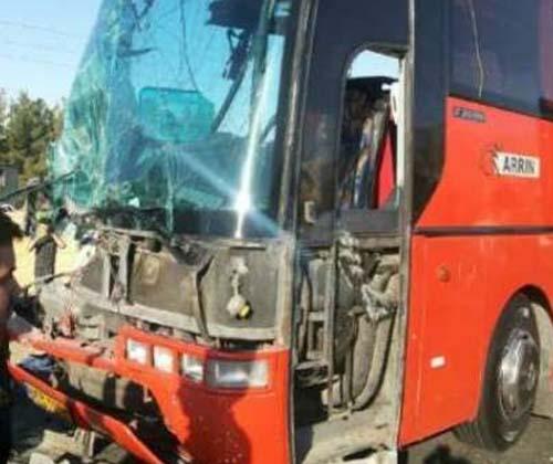 برخورد ٢ دستگاه اتوبوس در آزادراه تهران-کرج/نجات ۲۰ تن توسط آتشنشانی/اعزام ۳۰ نفربه بیمارستان