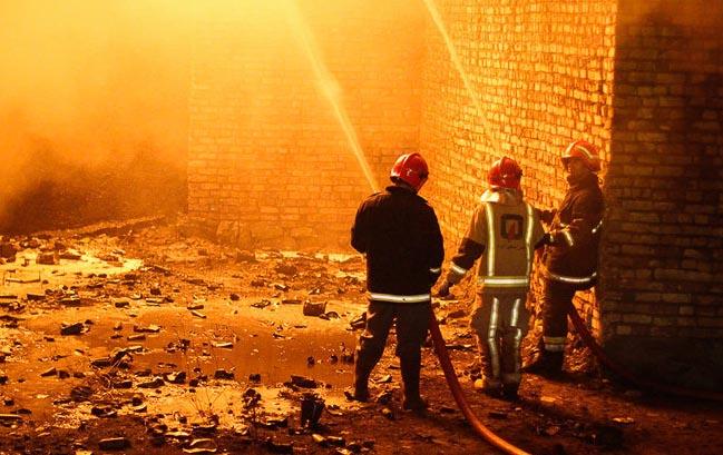 آتش نشانها ۲۰ تن را از آتش سوزی ساختمان ۱۲ واحدی نجات دادند
