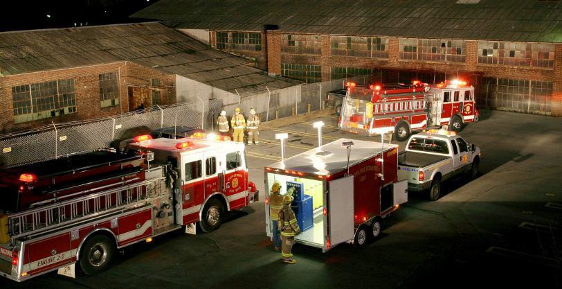 در صحنه عملیات آتش نشانی یکی از مهم ترین مسائل تامین روشنایی محل بوده که از طریق سیستم های روشنایی نصب شده بر روی خودرو این عمل انجام می شود. بر اساس فصل 13 کد NFPA1901 خودروهای آتش نشانی باید مجهز به سیستم های روشنایی جهت استفاده در شب و محل های تاریک  مانند تونل ها باشند.