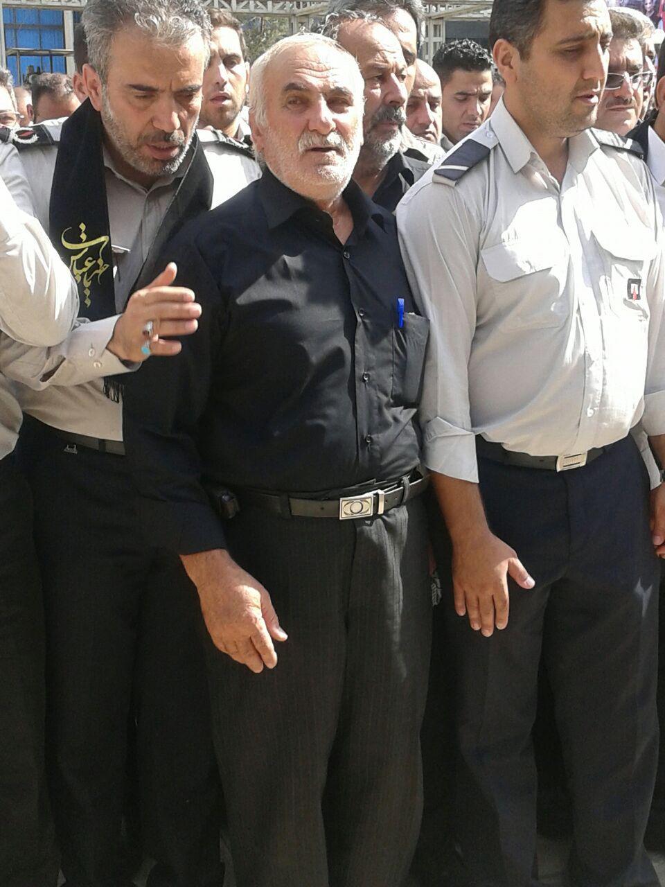 تصویر پدر شهید قانع در حال برگزاری نماز میت: