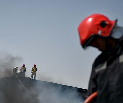 نجات ۱۲ تن از حریق ساختمان مسکونی