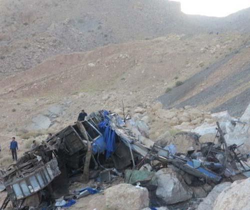ماموران اورژانس در سریعترین زمان ممکن در محل وقوع حادثه واژگونی اتوبوس حاضر شدند